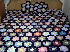 Fuxico Yo Yo Quilt, Rag Quilt, Quilts, Crochet Pig, Hexagon Quilt, Applique Designs, Holiday Ornaments, Fabric Art, Diy And Crafts