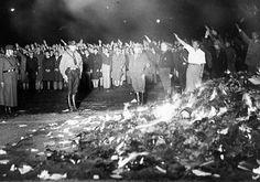 """""""Dort, wo man Bücher verbrennt, verbrennt man am Ende auch Menschen""""  """"Ahí donde se queman libros se acaba quemando también seres humanos"""" Heinrich Heine (Almansor, 1821)."""