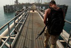 A ONU no centro do debate - Petróleo iraquiano embargado (1990) Na tentativa de punir Saddam Hussein pela Guerra do Golfo e isolar o Iraque no mercado internacional, o Conselho aprovou resolução que embargava a compra e venda de petróleo no país.