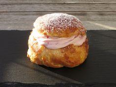 Fastelavnsboller med hindbærcreme Danish Food, Let Them Eat Cake, Salmon Burgers, No Bake Cake, Food For Thought, Love Food, Tapas, Sweet Tooth, Food And Drink