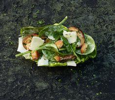 Ganz besonders lecker und einzigartig ist unser Caesar-Salad, wenn er mit Spinat und Champignons zubereitet wird.