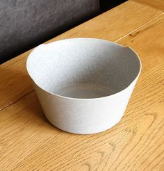 A simple but textured blue glaze on this porcelain bowl. So natural and beautiful! Design and made in Japan by Yumiko iihoshi. Available at OEN shop for a limited time only. Japan Crafts, Kitchen Containers, Insta Art, Metal Working, Contemporary Design, Glaze, Porcelain, Simple, Natural