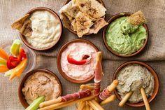 Και τα 5 ντιπς βασίζονται στο στραγγιστό γιαούρτι, το οποίο αντικαθιστά ισότιμα τη μαγιονέζα, το τυρί κρέμα, τη ρικότα ή οτιδήποτε άλλο χρησιμοποιείτε σαν βάση στα ντιπς σας, έχοντας πολύ λιγότερες θερμίδες και πολύ περισσότερο ασβέστιο. Healthy Cooking, Healthy Eating, Appetizer Dips, Appetisers, Sweet And Salty, Greek Recipes, Cooking Time, Summer Recipes, Finger Foods
