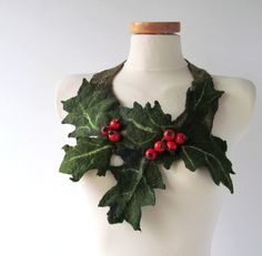 Felted  necklace   Holly leaf and Red berry green red от galafilc