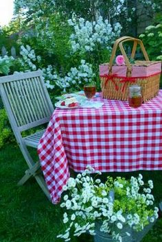 A picnic among flowers! So pretty and for picnic picnic picnic Picnic Time, Summer Picnic, Garden Picnic, Backyard Picnic, Picnic Spot, Country Picnic, Outdoor Dining, Outdoor Decor, Company Picnic