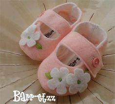 zapatos-bebe02 Felt Booties, Felt Baby Shoes, Baby Girl Shoes, Doll Shoe Patterns, Baby Shoes Pattern, Dress Patterns, Baby Knitting, Crochet Baby, Baby Sandals