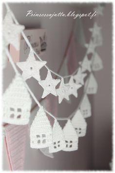 Häuserliebe: Es nimmt kein Ende - flowerdesign Love of houses: there is no end -. Crochet Snowflake Pattern, Crochet Garland, Crochet Diy, Crochet Decoration, Crochet Snowflakes, Crochet Home, Love Crochet, Crochet Crafts, Crochet Projects