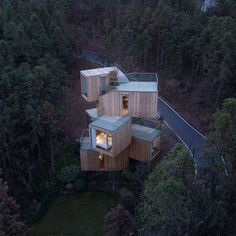 The Qiyun Mountain Tree House is located in the region of Xiuning County which is 33 kilometres south of Huangshan City, Anhui Province. As a part of the Qiyun Mountain Scenic Area, the tree house is surrounded by a s. Chinese Architecture, Landscape Architecture, Landscape Design, Architecture Design, Architecture Office, Amazing Architecture, Luxury Tree Houses, Country Hotel, Modern Architecture