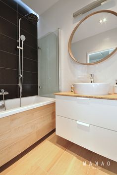 Narrow bathroom remodel narrow bathroom benefits from shower window Narrow Cabinet, Window In Shower, Narrow Bathroom, Remodeling Mobile Homes, Diy Shower, Vanity Sink, Interior Design Living Room, Deco, Bathtub
