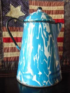 This coffee pot of the 20's probably stood on a wood cook stove for many a year! $95 on GoAntiques 1920s Kitchen, Vintage Kitchen, Wood Stove Cooking, 1920s House, Kettle, Granite, Dinnerware, Kitchen Appliances, Farmhouse