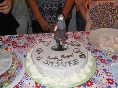 una squisita torta con il bel Sasuke che ha provato a tagliarsi una fetta