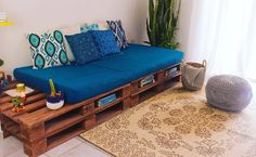 pallet furniture and accessories Diy Pallet Couch, Diy Pallet Furniture, Pallet Daybed, Diy Bedroom Decor, Living Room Decor, Diy Home Decor, Decoration Palette, Indian Home Decor, Interior Design