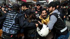 Een groep demonstranten die op weg was naar het Taksimplein werd met traangas en rubberkogels uiteengedreven.