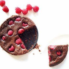 Eters en geen tijd maar je wilt wel een lekker zelfgemaakt dessert serveren? Dit is een makkelijk en snel recept voor een glutenvrije brownie met frambozen.