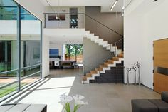 Palo Alto house 1 contemporary staircase All baseboards are recessed, about in height with alu-trim Staircase Remodel, Staircase Ideas, Stainless Steel Staircase, Modern Stairs, Inside Design, Home Trends, Modern Glass, Modern Design, House Design