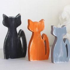 Chats en bois noir , orange et gris patinés en décoration d'intérieur , de chambre