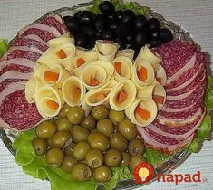For this you would pay extra in restaurants: Chef .- For this, you would pay extra in the restaurant: The chef showed how to turn ham and cheese into the most beautiful decoration of the table! Meat Cheese Platters, Veggie Platters, Party Food Platters, Snacks To Make, Easy Snacks, Fruit Presentation, Appetizer Recipes, Appetizers, Haitian Food Recipes