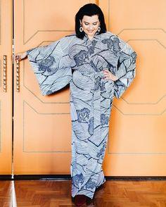 """De kimono japonês - japonês de verdade trazido em sua recente viagem ao outro lado do mundo - @anazambon mostra que quando se trata de estilo ela não deixa dúvidas: over e de muito bom gosto. """"Não gosto de nada minimal! Você nunca vai me ver de candy colors pois minha personalidade é over. Eu sou uma pessoa over falo alto e a casa é a mesma coisa!"""" diz.Ela também conversou sobre moda e suas marcas prediletas na matéria  link na bio! #iLoveeStories . . . #decor #decoracao #instadesign #design…"""