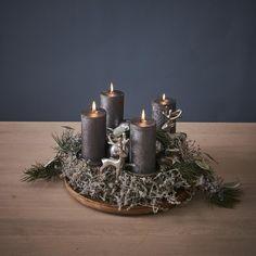 Gold Christmas Decorations, Christmas Candles, Christmas Holidays, Christmas Ideas, Advent Wreath, Diy Wreath, Vintage Ornaments, Xmas Ornaments, Shiny Brite Ornaments