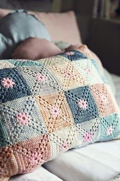 Beautiful crochet cushion - A little different granny square. Crochet Diy, Beau Crochet, Crochet Motifs, Crochet Blocks, Crochet Afghans, Crochet Squares, Crochet Home, Crochet Crafts, Crochet Projects