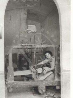 Italy. Donna impegnata nella lavorazione al telaio, Castelli (TE) 1925