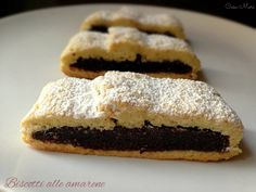 I biscotti all'amarena sono dolci tipici napoletani, un guscio di pasta frolla ripieno di un impasto a base di pan di spagna, cacao e marmellata di amarene