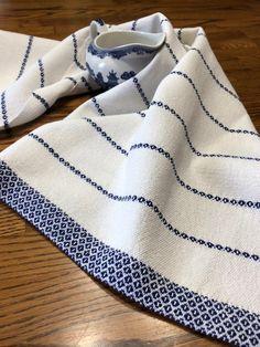 Torchon tissé à la main laine bio certifié à la main tissé | Etsy Weaving Designs, Weaving Projects, Loom Weaving, Hand Weaving, Textiles, Fabric Wallpaper, Bath Rugs, Dish Towels, Fabrics