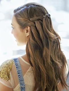 Romantic Waterfall Braid:Apply mousse to wet hair to add texture, and then dry. Start braiding your hair sideways, letting a section drop every time you cross and pick up another one! Pretty Hairstyles, Easy Hairstyles, Hairstyle Ideas, New Year's Eve Hair, Hot Hair Styles, Homecoming Hairstyles, Girl Short Hair, Different Hairstyles, Hair Dos