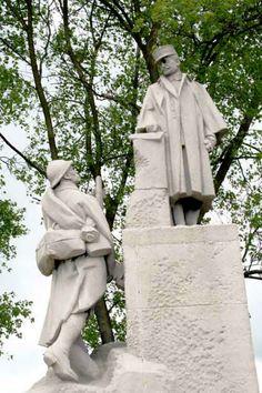 Statue du général Paul Maistre devant le portail du cimetière et mémorial français de Notre-Dame de Lorette, situé sur la colline éponyme, à 165 mètres d'altitude, sur le territoire de la commune d'Ablain-Saint-Nazaire près d'Arras (Pas-de-Calais)FRANCE. Inaugurée en 1925, elle commémore les milliers de combattants morts sur un des champs de bataille les plus disputés de la Première Guerre mondiale entre octobre 1914 et septembre 1915. Environ 45 000 combattants y reposent
