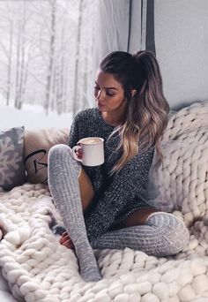 Winter Outfits to Steal This Season Photography Ideas At Home, Photography Poses Women, Girl Photography, Lifestyle Photography, Fashion Photography, Winter Mode Outfits, Winter Fashion Outfits, Grey Fashion, Jolie Lingerie