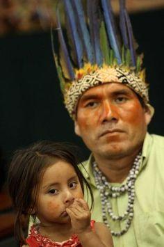 Uma menina da tribo Guarani Kaiowa durante uma reunião da Comissão de Direitos Humanos da Câmara dos Deputados, em Brasília, Brasil, terça - feira, 4 de dezembro, 2012. Índios participaram da reunião para apresentar uma petição de 20.000 assinaturas exigindo a demarcação de suas terras ancestrais. Os índios também pedem ao Supremo Tribunal Federal para decidir sobre todos os casos pendentes envolvendo os direitos dos povos indígenas. Foto: Eraldo Peres / AP