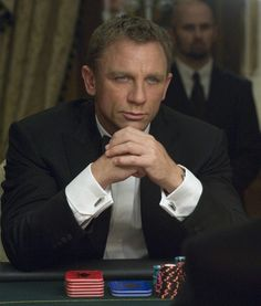 Bond wears the S.T. Dupont cufflinks in the casino scenes in the movie Casino Royale