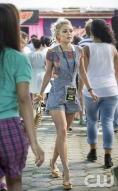 """OVERALLS MAKE A COMEBACK, Carrie rocks her printed pair in episode 2 """"Express Yourself"""""""