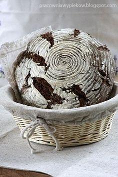Ciemny, żytnio-pszenny chleb z dodatkiem mielonej kawy.