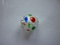 Pendentif perle de verre soufflé à pois multicolores et coupelles. : Pendentif par laboiteabijouxnanny