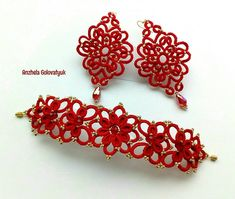 Комплект украшений из браслета и серёжек красивой формы насыщено красного цвета с золотистым бисером был выполнен на заказ для…