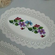 Crochet Patterns combine The combination of cloth and lace crochetedCrochet Doily Borders – free pattern More Patterns Like This!This Pin was discovered by Ser Crochet Tablecloth, Crochet Doilies, Crochet Lace, Thread Crochet, Filet Crochet, Crochet Stitches, Baby Knitting Patterns, Crochet Patterns, Hand Embroidery Designs