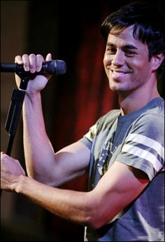 Sexy, beautiful voice and he can sing to me in Spanish... I'm so there!!!