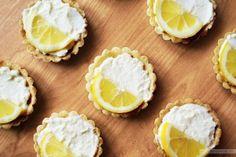 Dokucza Wam brak jasnego słonca i niski poziom witaminy D? Polecamy jasno-żółto-słodko-radosne tartaletki cytrynowe :-)
