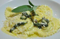 Cjalzons mit Ricotta affumicata, Rosinen und Salbei