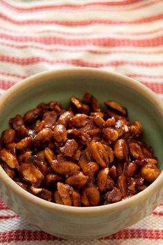 Sweet and Spicy Peanuts from @NevrEnoughThyme http://www.lanascooking.com/2015/01/14/sweet-spicy-peanuts/ #appetizers #snacks #superbowl