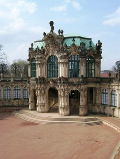 Dresden Zwinger - El edificio barroco fue erigido entre 1711 y 1728. Fue construido según los planos de Matthäus Daniel Pöppelmann y Balthasar Permoser. En la Segunda Guerra Mundial, durante el Bombardeo de Dresde de 1945, el edificio fue destruido. Pero ya en los años 1945-46 se comenzó con su reconstrucción