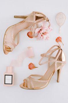 Flatlay rose et or Photographe : Jérémy Froeliger #bridalshoes #bridalaccessories Stuart Weitzman, Or, Wedding Planner, Cherry, Sandals, Heels, Fashion, Ile De France, Wedding Bride