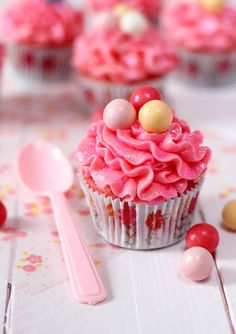 Bubble gum cupcakes! Disco Dust is used to give it sparkle! Site has a translate button.