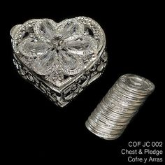 Pecho con abalorios de cristal en COF JC 002 - plata chapado en forma de corazón. Incluye las 13 monedas tradicionales utilizadas en la ceremonia de la boda.