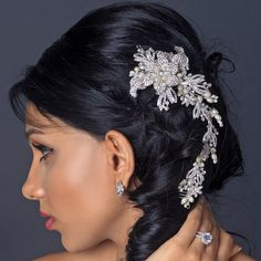 This chic floral bridal hair comb is decorated with shimmering rhinestones with luxurious freshwater pearls in a silver setting. - See more at: http://www.kimsgiftbaskets.com/silver-vine-comb.html#sthash.txoaOIfk.dpuf