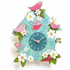 Une horloge en bois utile et décorative avec un mécanisme silencieux.