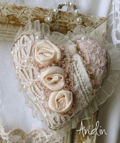 Srdíčko ve stylu Shabby chic Závěsné srdíčko v barvách starůžové, broskvové a pudr kávové. Krajky, perličky, ručně tvořené růžičky, perličkový řetízek pro zavěšení. průměr 12 cm