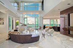 Villa Valentina es una impresionante moderna residencia situada en Miami Beach, Florida, Estados Unidos. Una casa glamorosa con no menos de 6 baños y 6 dor