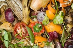 """Build a Compost Heap: """"A fertile soil is the key to growing garden vegetables; compost is the key to a fertile soil. The first step in the four-season harvest is learning to make good compost. Off The Grid News, Bokashi, Kitchen Waste, Raising Backyard Chickens, Food Waste, Simple Way, Food Hacks, Saving Money, Veggies"""